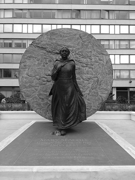 Mary_Seacole_statue,_St_Thomas'_Hospital,_front_view